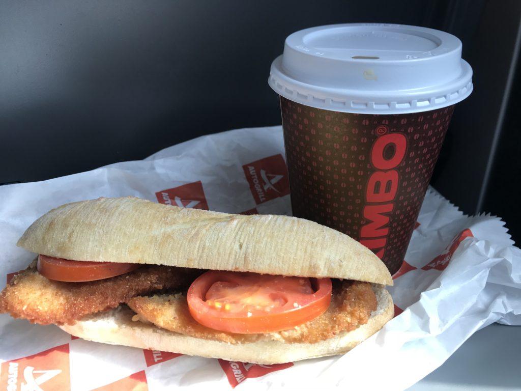 駅のカフェで買って車内で食べるサンドイッチ