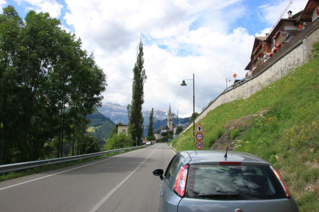 街に入る手前にある低速区間の標識