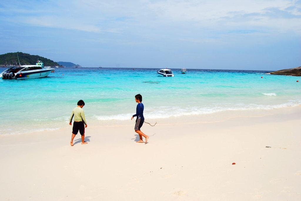 シミラン諸島のビーチで遊ぶ長男と次男