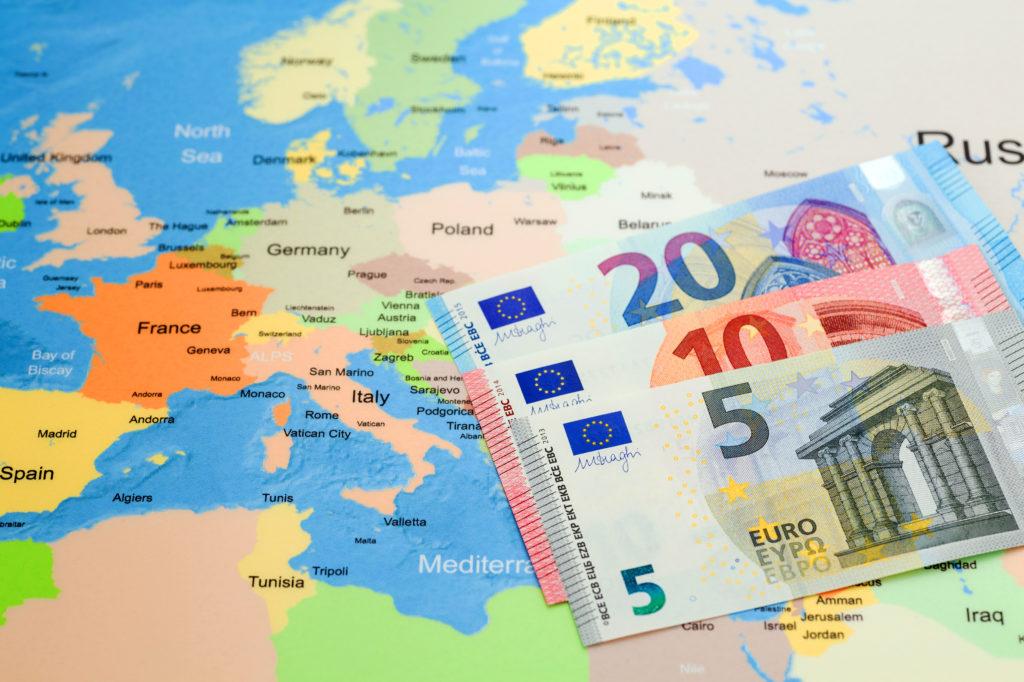 ユーロ紙幣とヨーロッパの地図