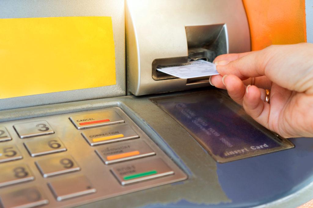 ATMのカード差し込み口