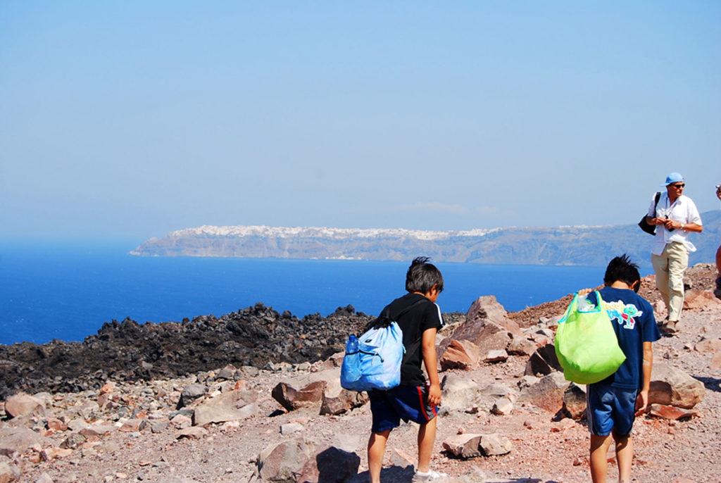 火山島に登る子供達