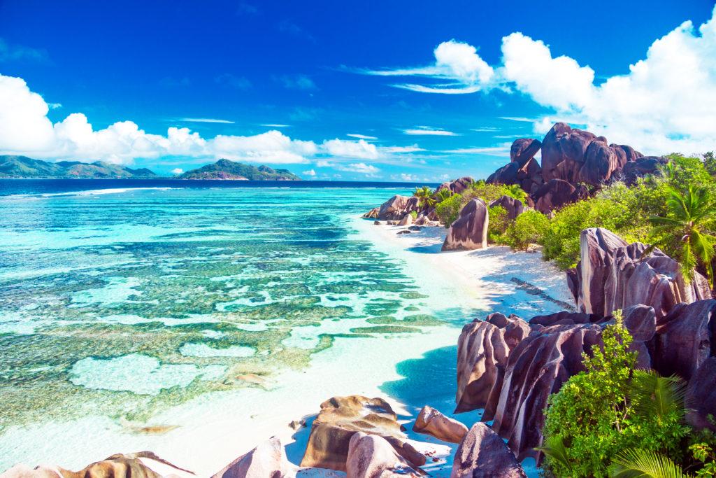 花崗岩が点在するビーチ