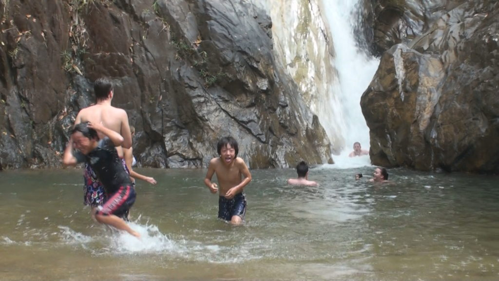 滝壺でおおはしゃぎする子供たち