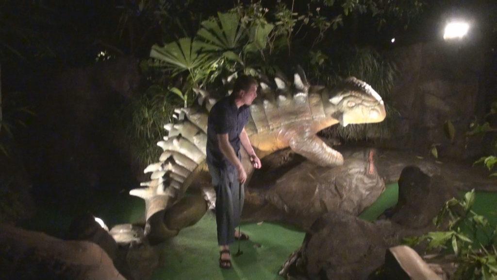 ディノパークでパターゴルフを楽しむ観光客