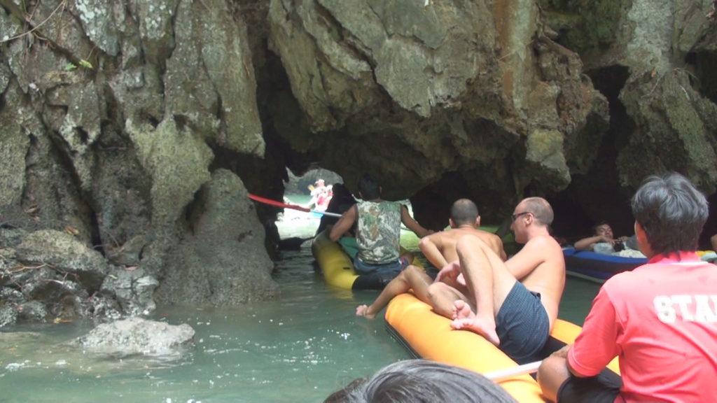 海中鍾乳洞に入るシーカヤック