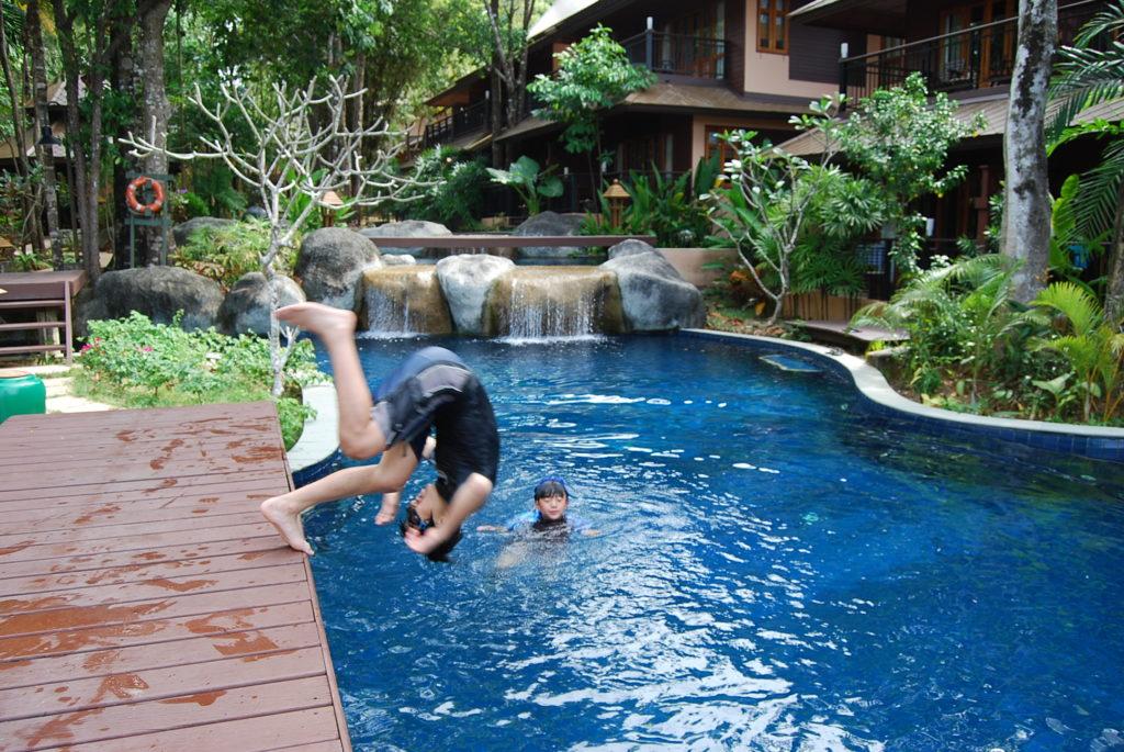 プールに飛び込む長男と次男