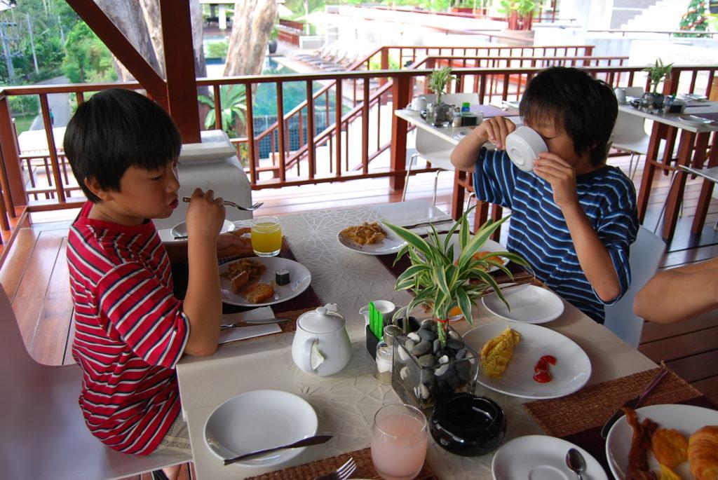 朝食を食べる子供達