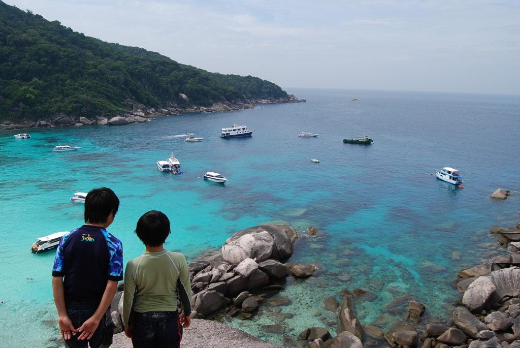 海を見下ろす子供達