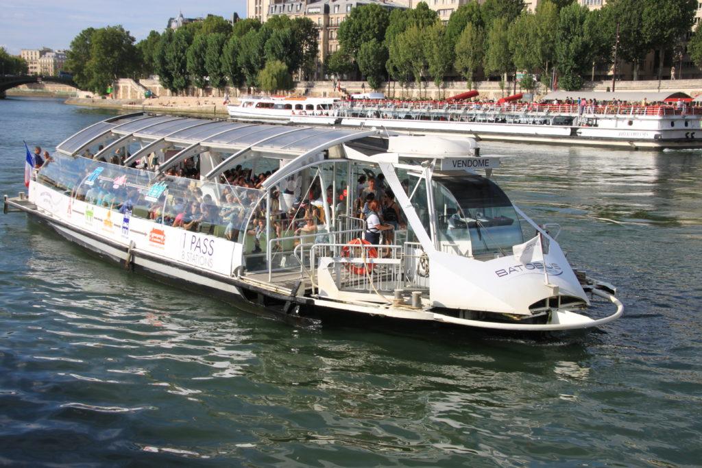 セーヌ川を航行するバトビュス