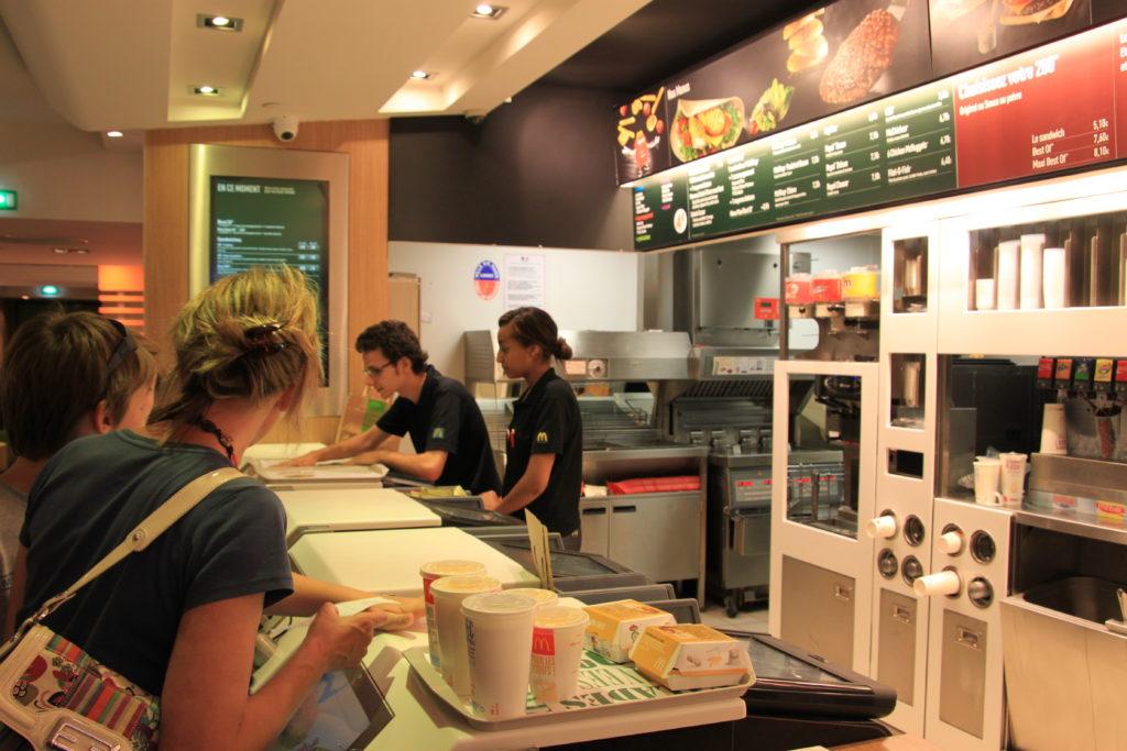 シャンゼリゼ通りのマクドナルド