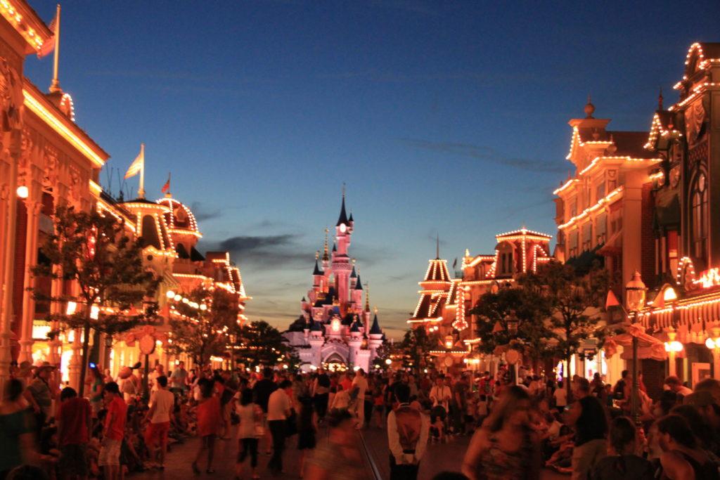 ディズニーランドパリのシンデレラ城の夕景