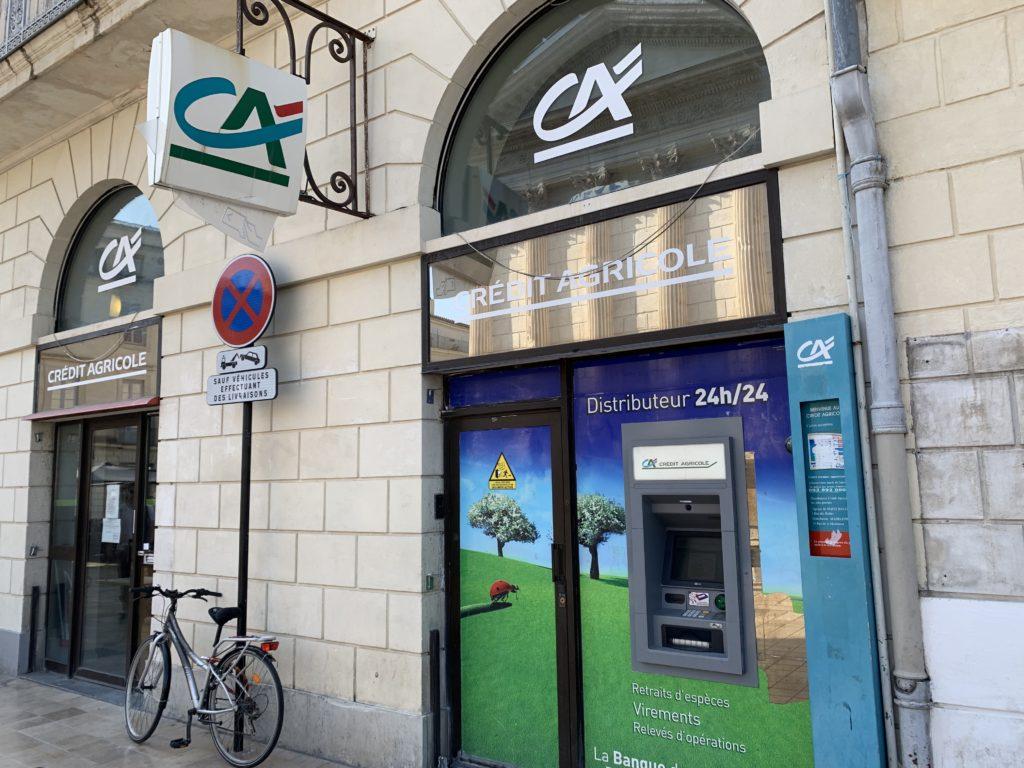 街中にあるフランスの銀行の支店とATM