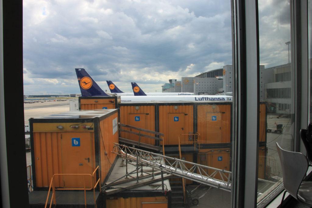荷物を積み込むルフトハンザ機