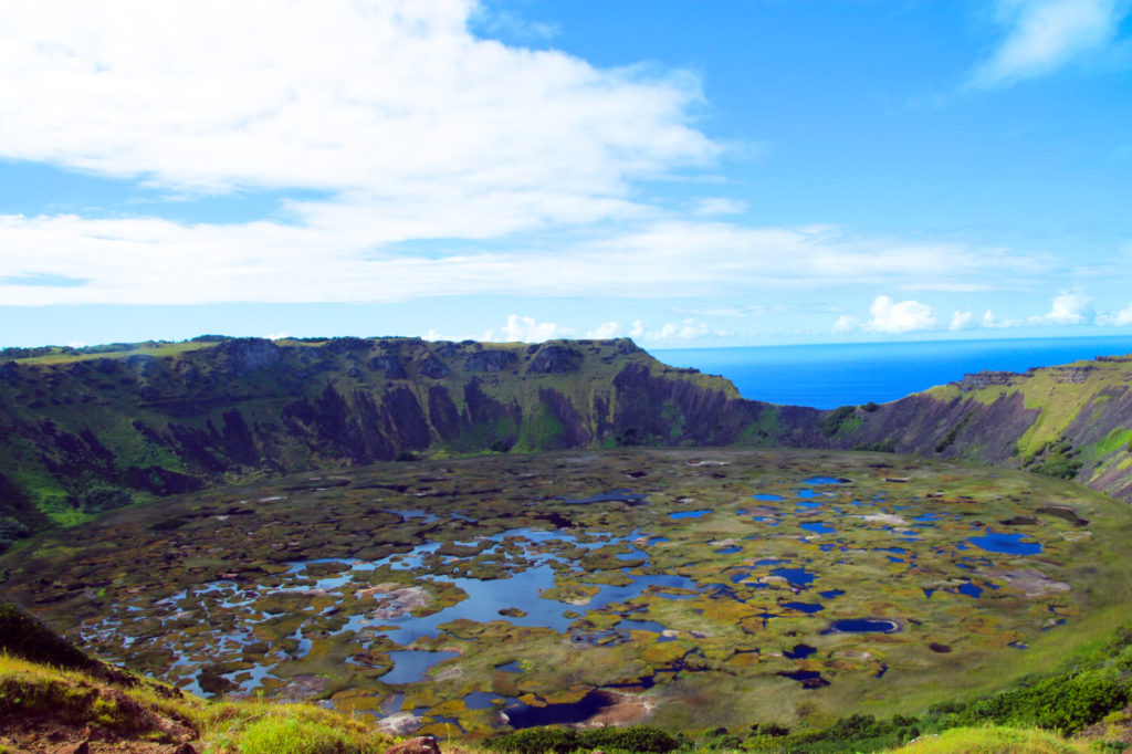 ラノカイ火山のカルデラ湖