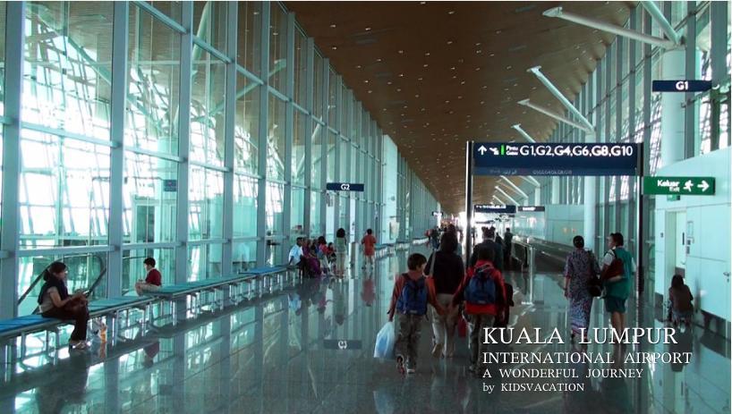 空港内のコンコースを歩く子供たち