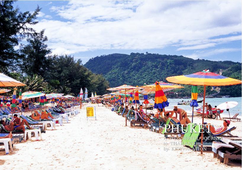 カラフルなパラソルが並ぶパトンビーチ