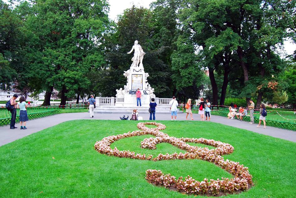 ト音記号の花壇とモーツァルトの銅像