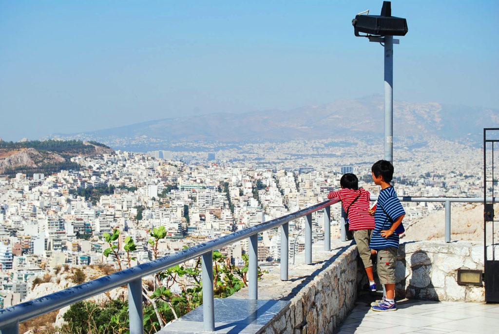 リガヴィトスの丘の頂上からアテネ市街地を見下ろす子供たち