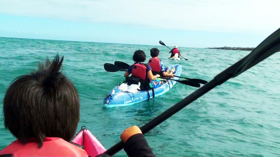 ガラパゴスのアカデミー湾で子連れカヤックをする様子