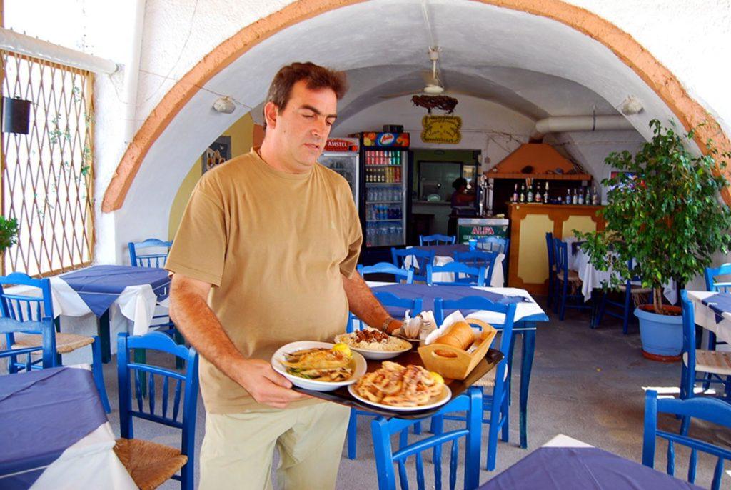 タベルナの店内の様子と料理