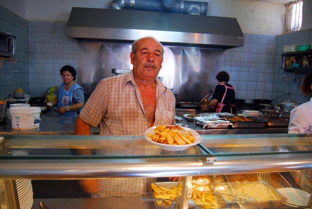 サントリーニ島のタベルナの厨房