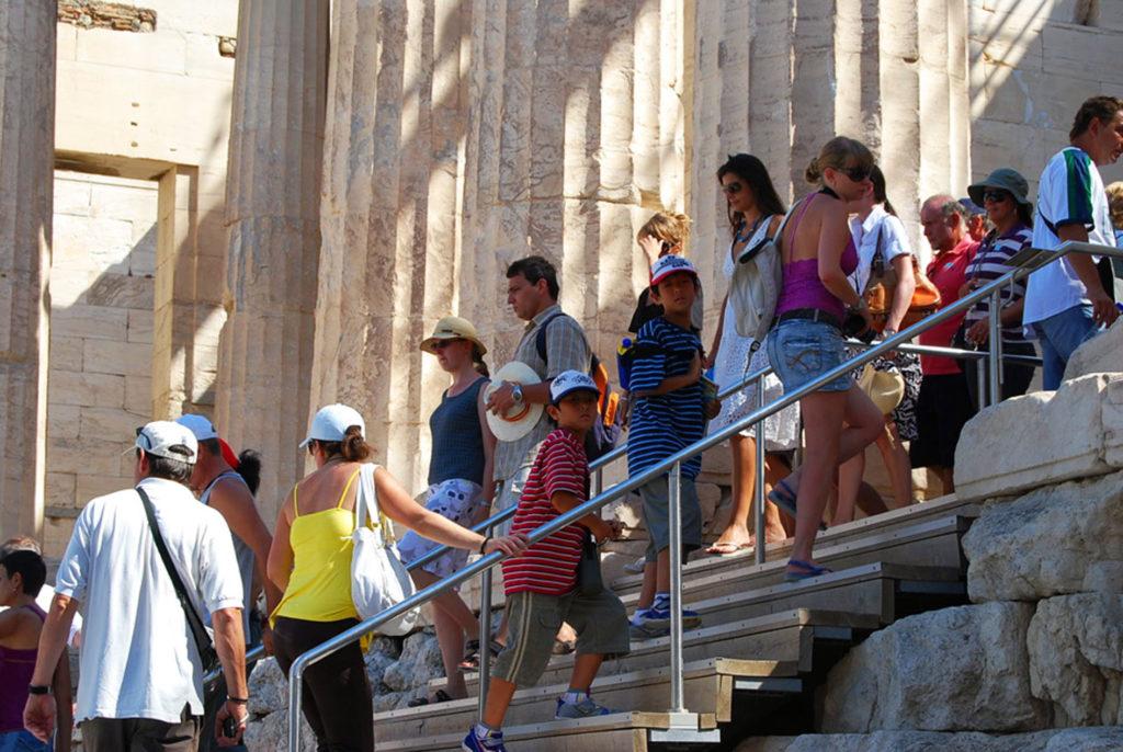 プロピライア門を登る子供達