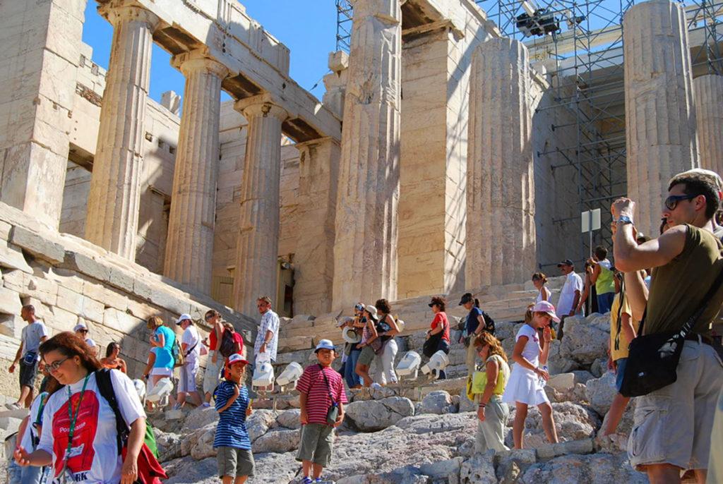 プロピライア門を登る子供たち