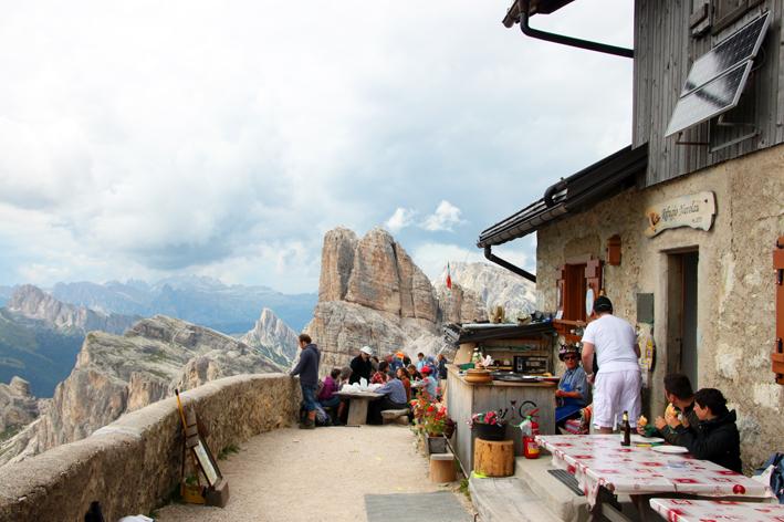 山小屋のテラス席で休憩する登山客