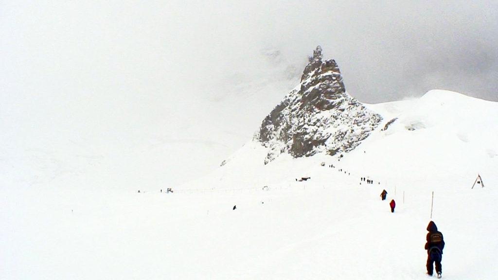 アレッチ氷河の雪原を歩く子供たち