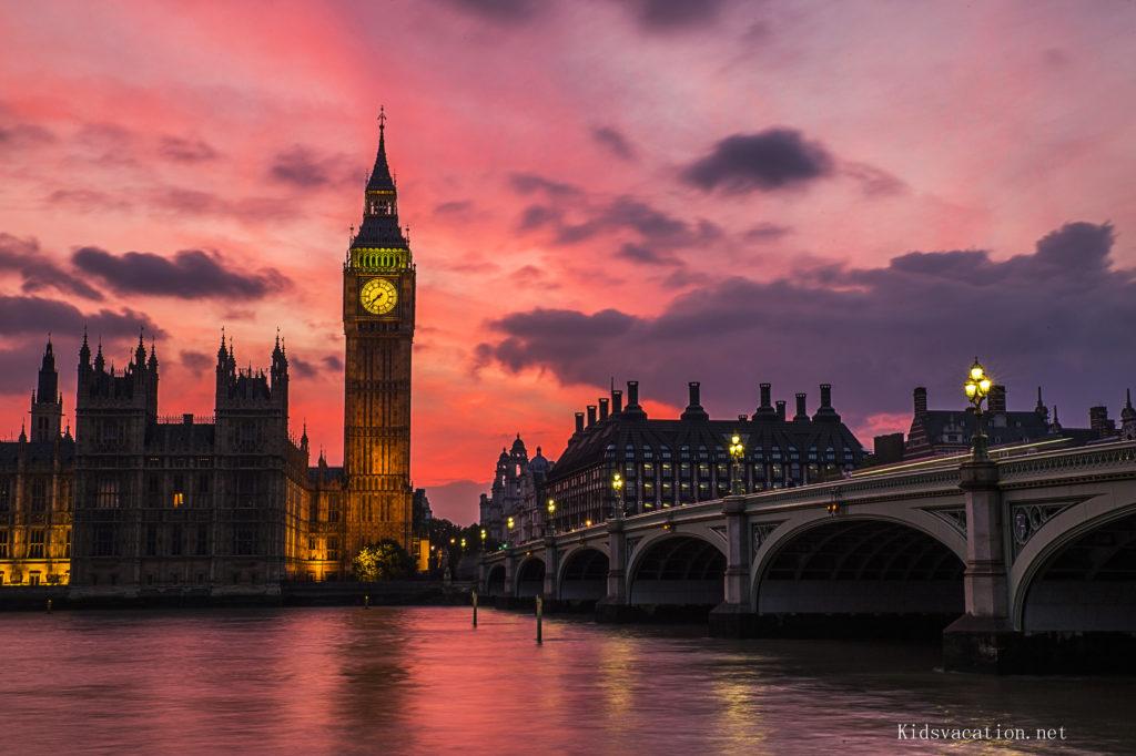 ロンドンの世界遺産ビッグベンの夕焼けとテムズ川