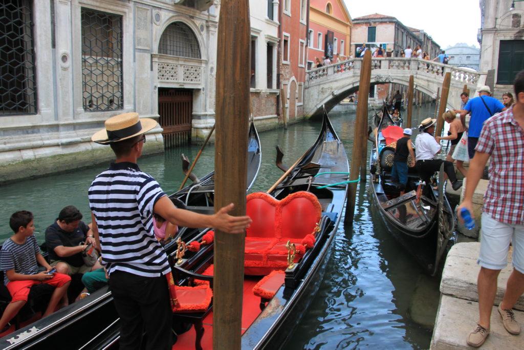 ヴェネチアの運河とゴンドラ