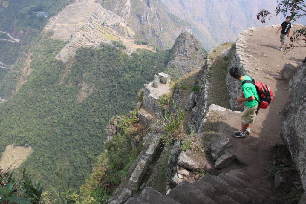 ワイナピチュからマチュピチュ遺跡を見下ろす子供達