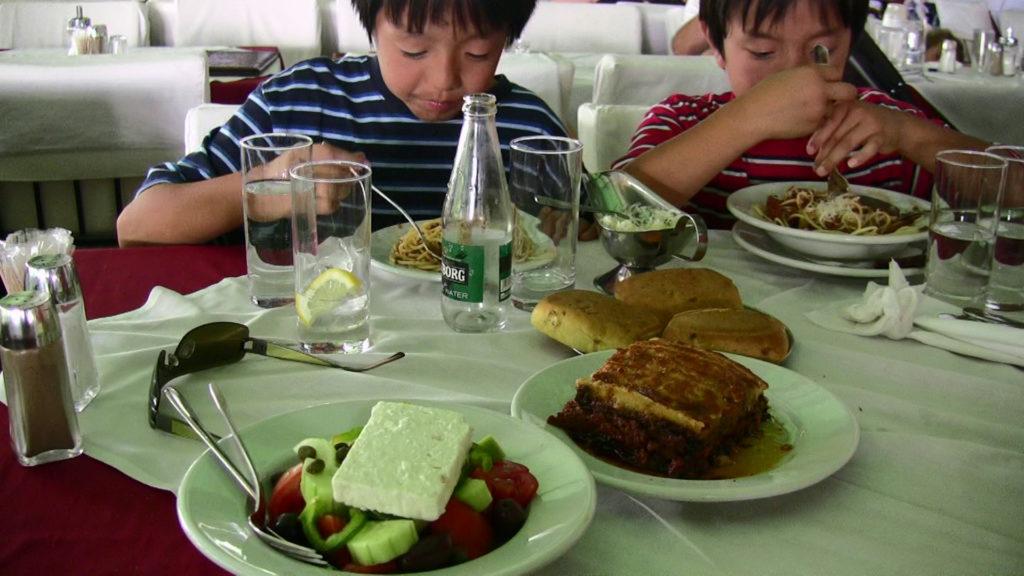 アテネの人気タベルナ「コロナキトップス」でランチを食べる子どもたち