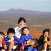 エアーズロックの頂上で子どもたちと記念撮影