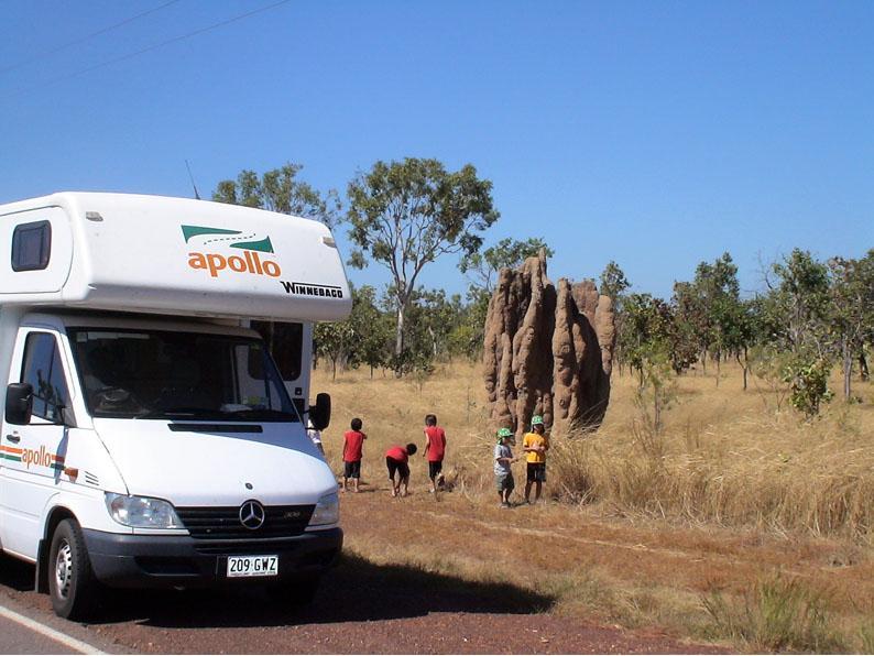 キャンピングカーと蟻塚と子供たち