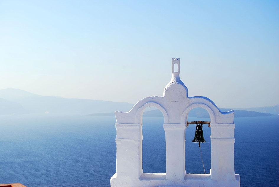 夏の朝の透明な光の包まれたサントリーニ島の景色