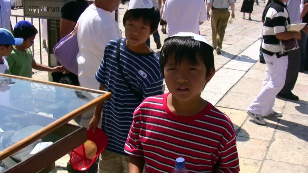 キッパをかぶる子ども達の記念撮影