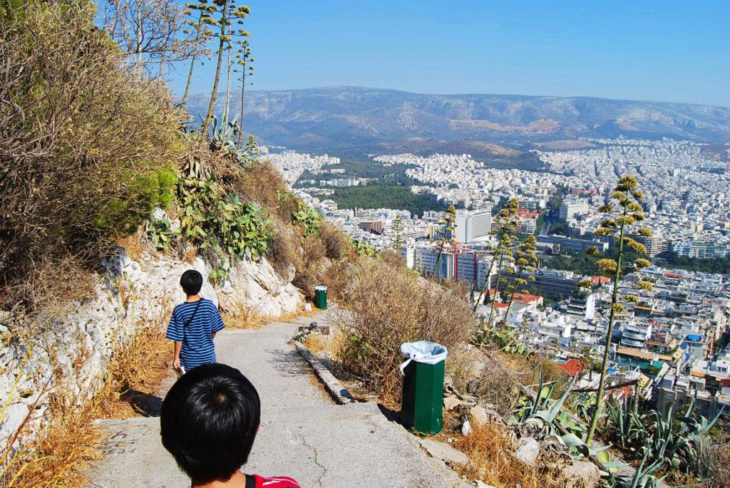 リカヴィトスの丘を下る子供達