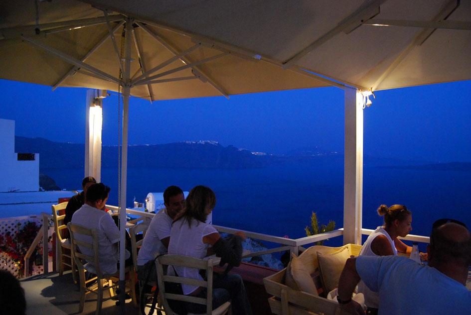 夜のレストランのテラス席
