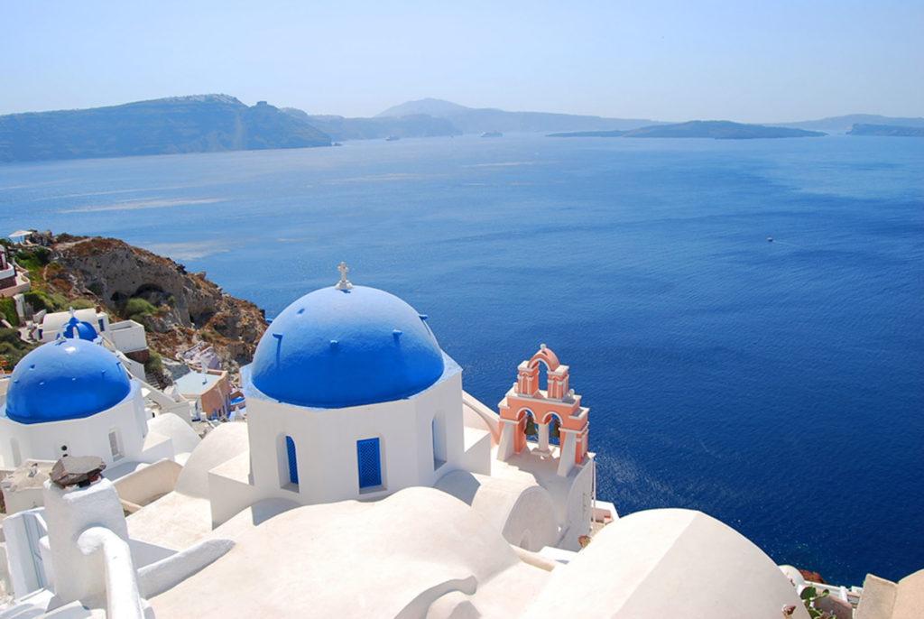 サントリーニ島の青い屋根の教会とエーゲ海