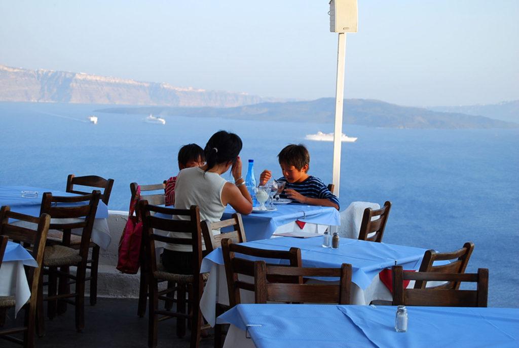 スカラで食事をする子供たち