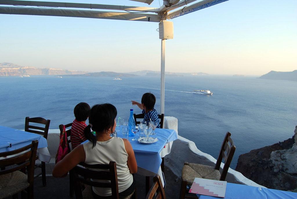 イアにある絶景レストラン「スカラ」のテラス席