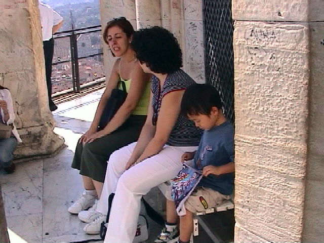 サンタマリアデルフィオーレ大聖堂のクーポラのベンチに座る次男
