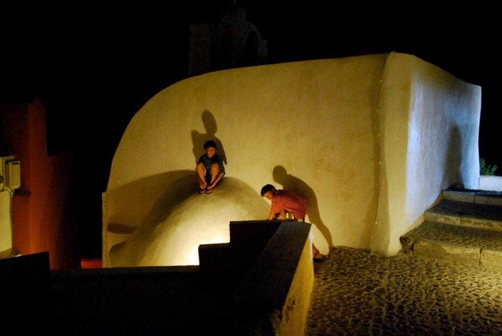 夜のイアで遊ぶ子供たち