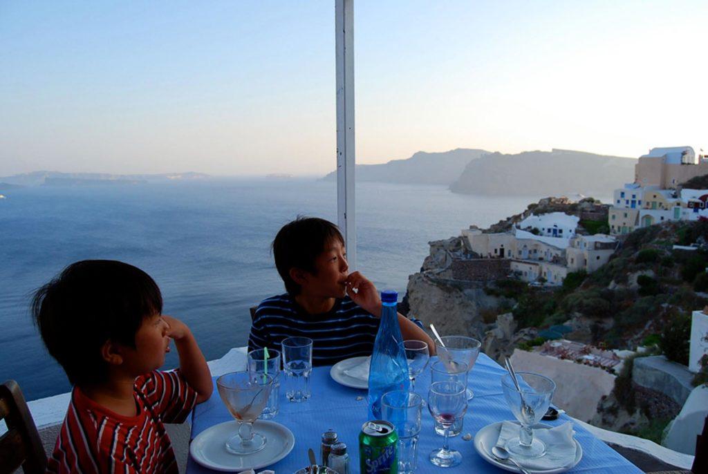 サントリーニ島の絶景レストラン「スカラ」で景色を眺める長男と次男