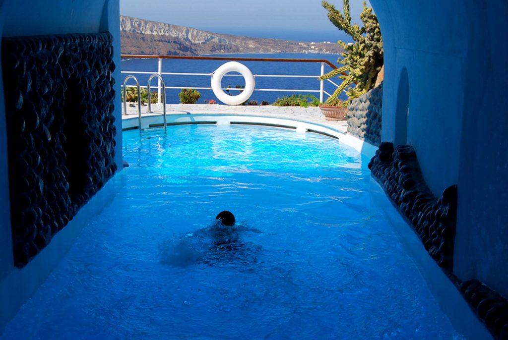ファナリヴィラのプールで泳ぐ子供
