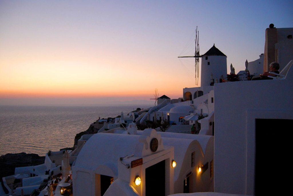 ファナリヴィラズのレストランから眺めるイアの夕日