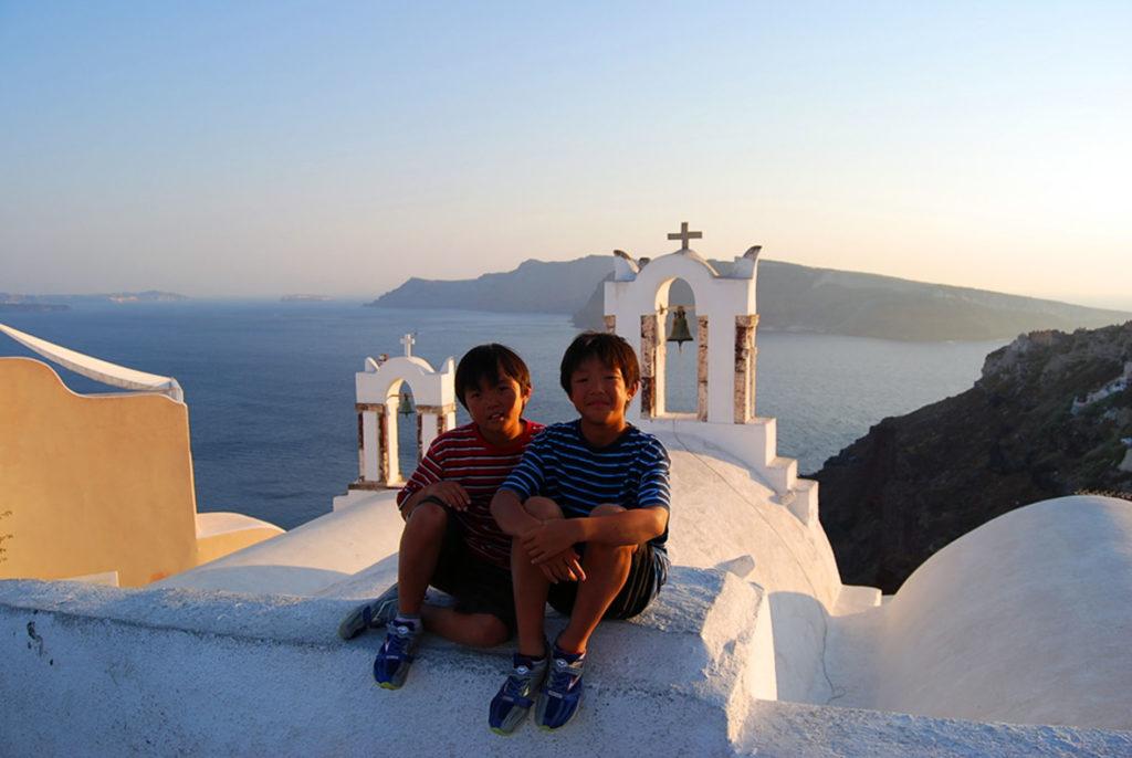 スリーベルタワーの前に座る子供達