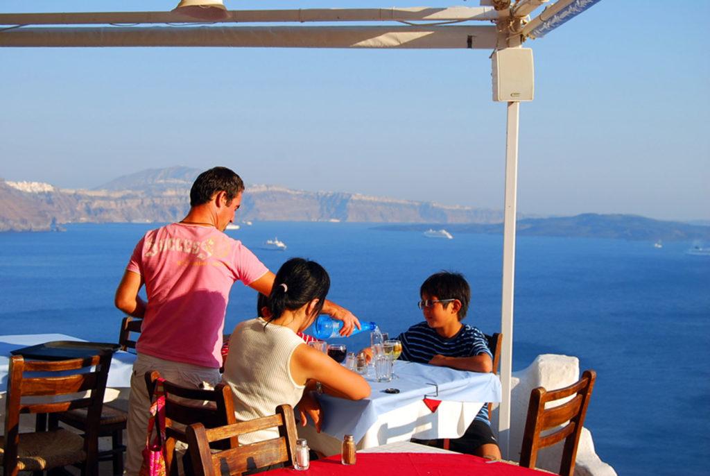 サントリーニ島のカルデラ海を眺めながら食事ができます